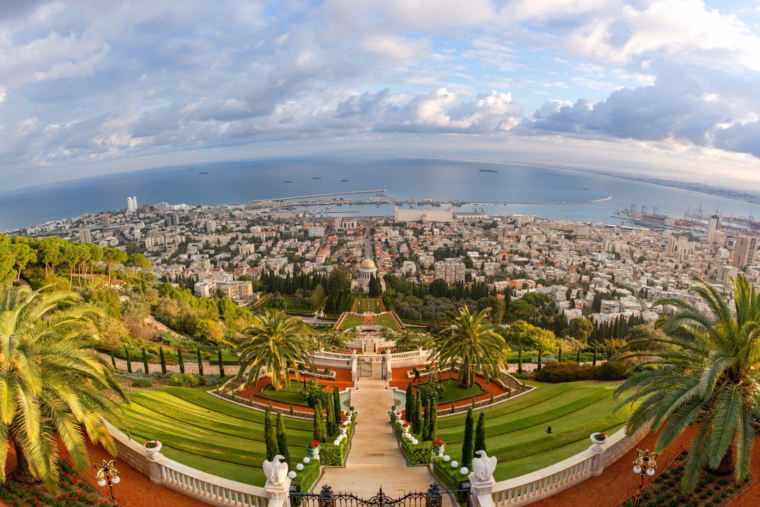 Bábs gravmæle på Karmelfjellet i Haifa, Israel, omkranset av de berømte terrassene. Bahá'u'lláh ble fengslet og landsforvist til dette området av det ottomanske regimet i 1868. Siden har Haifa/Akka vært bahá'í-troens åndelige og administrative verdenssenter. Foto:  https://media.bahai.org