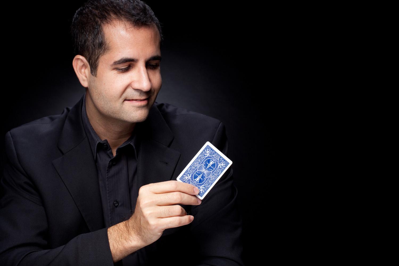Zauberer Firmenanlass - Thomas Antosi mit Spielkarte in Hand