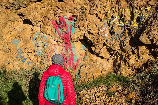 New rule. Nature has its own beautiful colors, so don't ever spray paint a rock. If you do, bears will make it their personal mission to eat you.⠀ ⠀ Help us all enjoy the great outdoors.⠀ ⠀ ———————⠀ ⠀ #colorfulnature #hikertrash #antigraffiti #hikingbeauty #losangeleshiking #losangeleshikesareamazingtoo #lahiking #lahikingtrails #keepnatureclean #keepnaturewild #takeonlypictures #getoutandexplore #explorersclub #socalphotographer #socalshooters #socalshooter #socalliving #nature_photo #daretoexplore #thepathlesstraveled #california_igers #californialiving #losangelesgraffiti #losangelesart #laoutdoor #losangelesarea #socalhiker #socalhikes