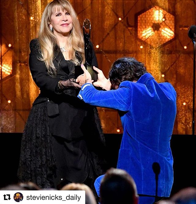 The first woman to be inducted into the #rockandrollhalloffame...TWICE. All hail @stevienicks! #standback #whitewingeddove