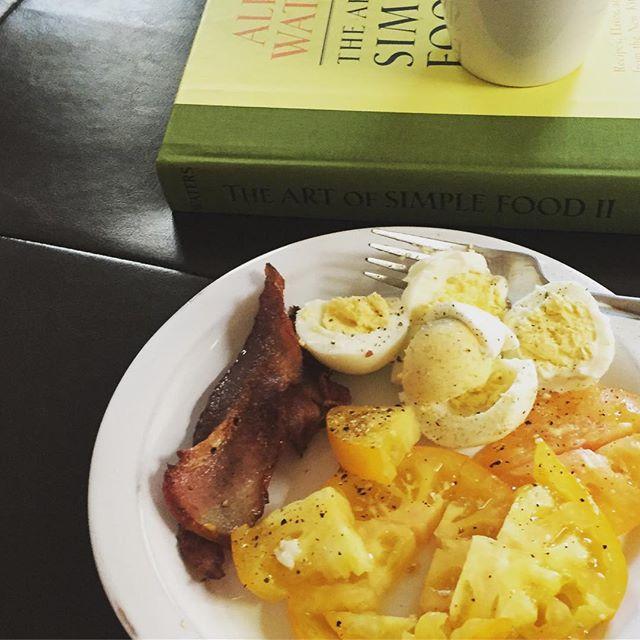 Clean out the fridge breakfast turned obnoxiously paleo. #wishihadtoast . . . #paleo #breakfast #bacon #eggs #farmersmarket #tomato #healthy  #alicewaters #coffee #personalchef #waldenlocalmeat