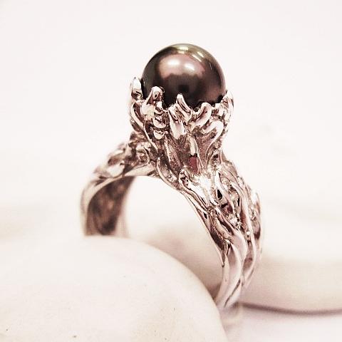 Prsten bílé zlato 585/1000, brilianty 10 ks. VSG 0,15ct.Tahitská perla, průměr 8 mm.  Cena: 45000,-Kč.