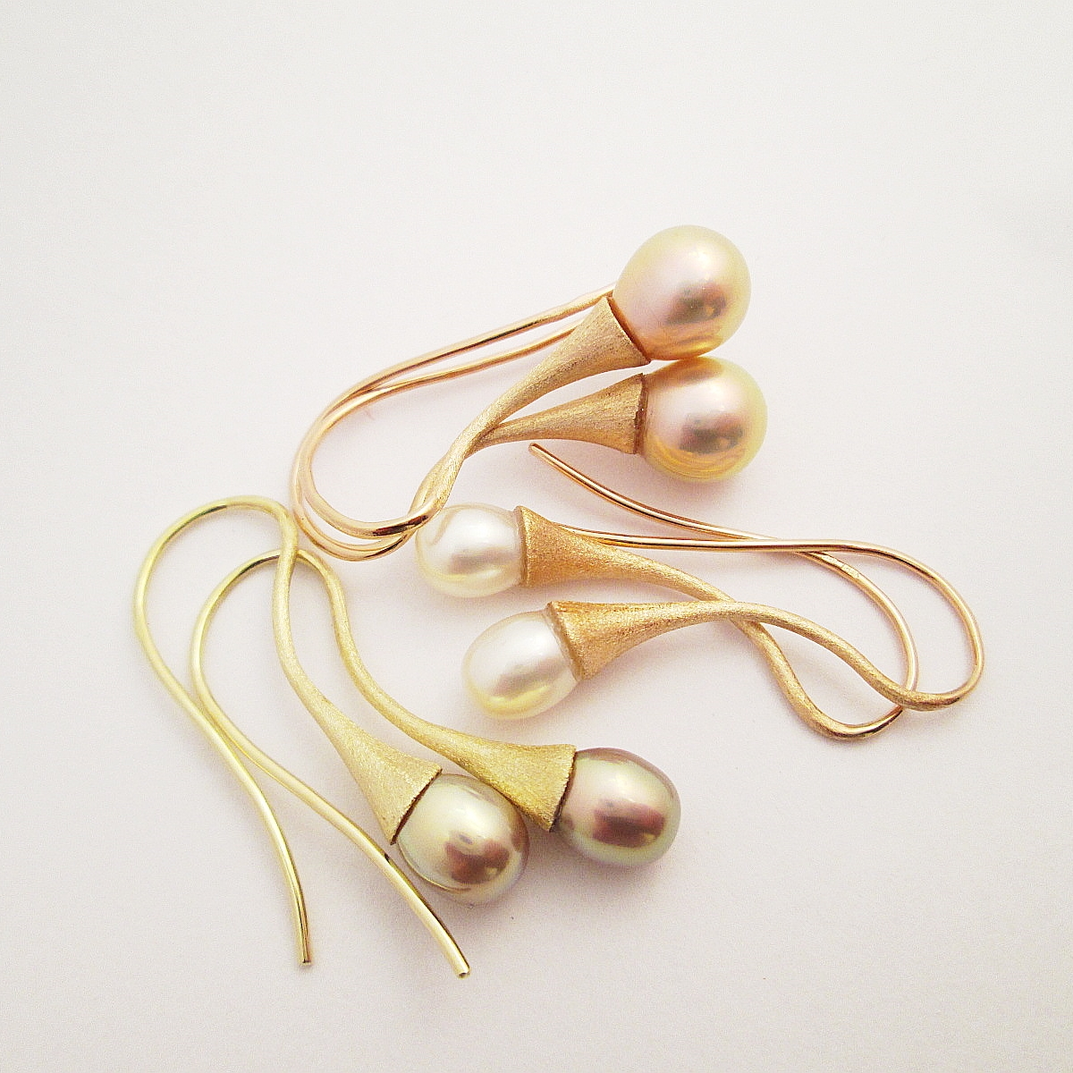 Náušnice s přírodními perlami sorbetových barev o průměru 6,5 mm až 9 mm. Zlato 585/1000. Délka náušnic 3,5 cm.  Cena od 7900,-Kč.