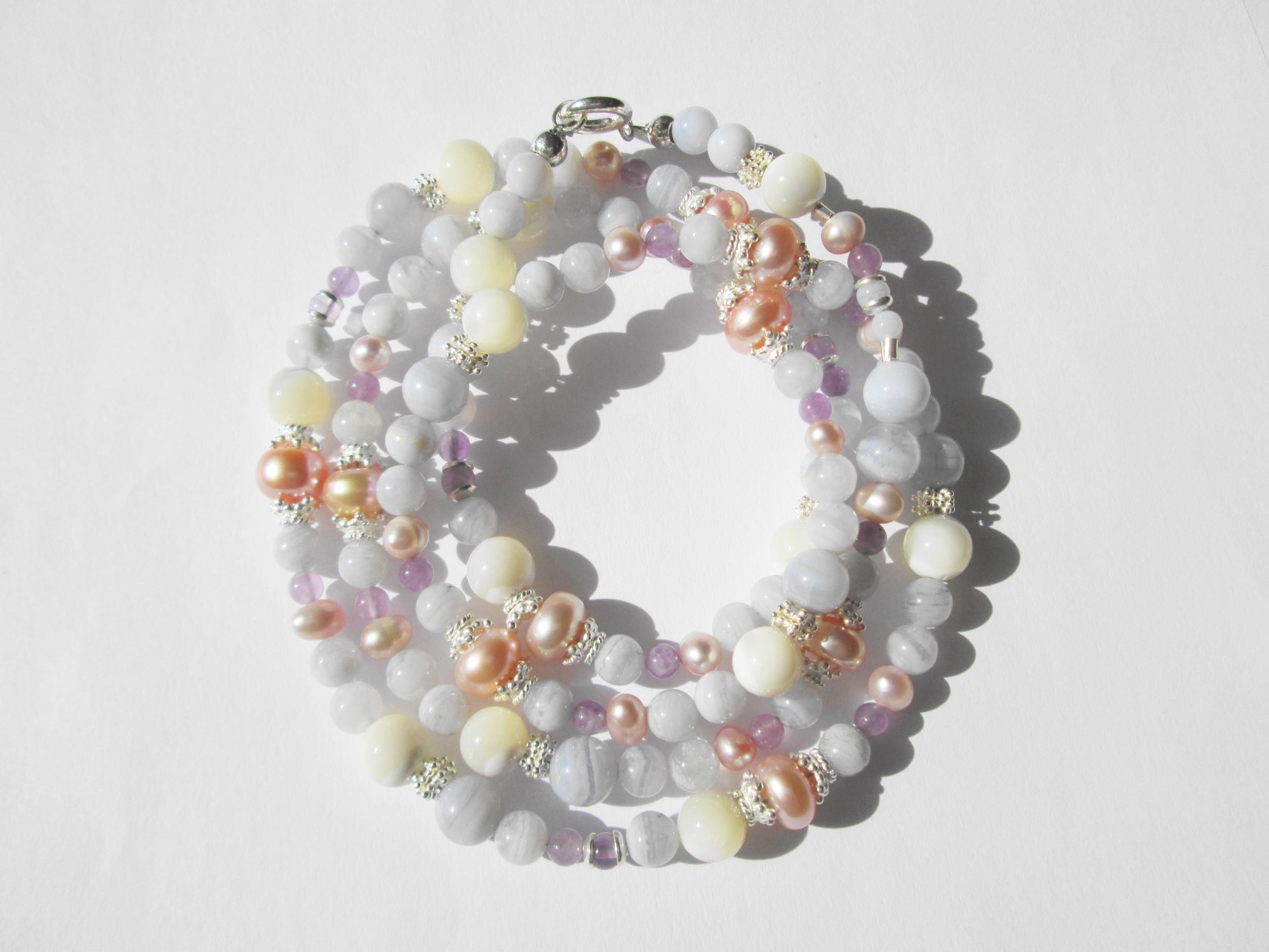 Náhrdelník z přírodních kamenů,chalcedon,perlet,ametyst,perla.Cena 4800,-Kč.KOD 22.JPG