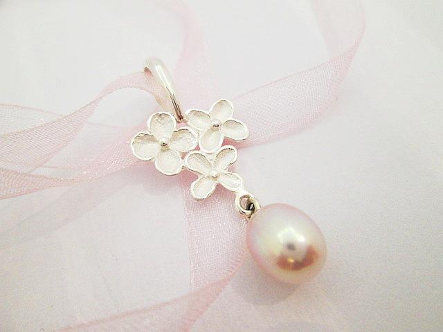 Přívěs stříbro 925,1000,matné květy,dl.37mm,přírodní perla sladkovodní.Kolekce Dayef.Cena 1900,-Kč.KOD 107.JPG