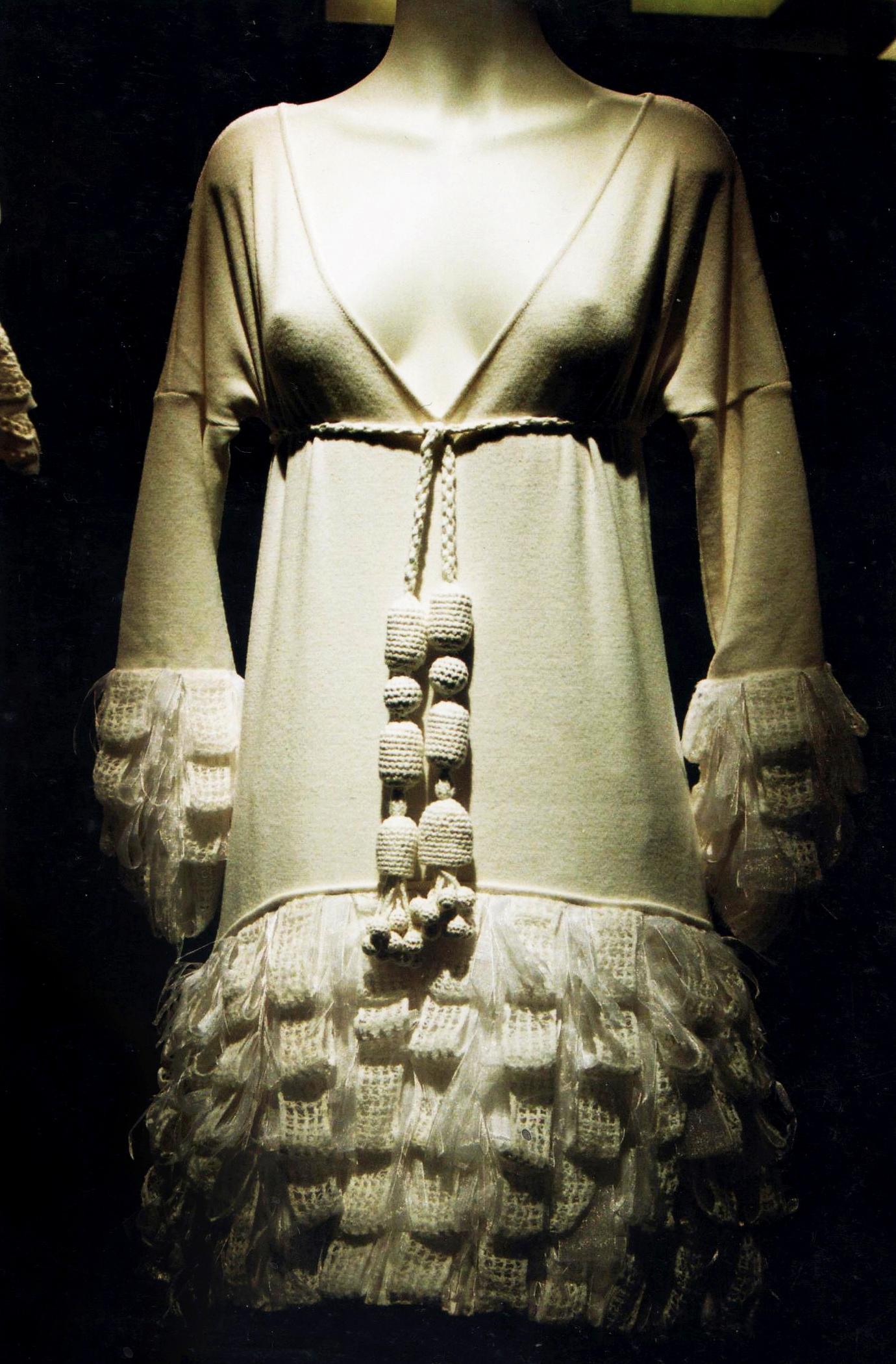 Minidress lavorazione a maglia rasata lana merino con dettagli a imitazione pelliccia lavorati a moduli a uncinetto filet e sfilature in organza di seta.