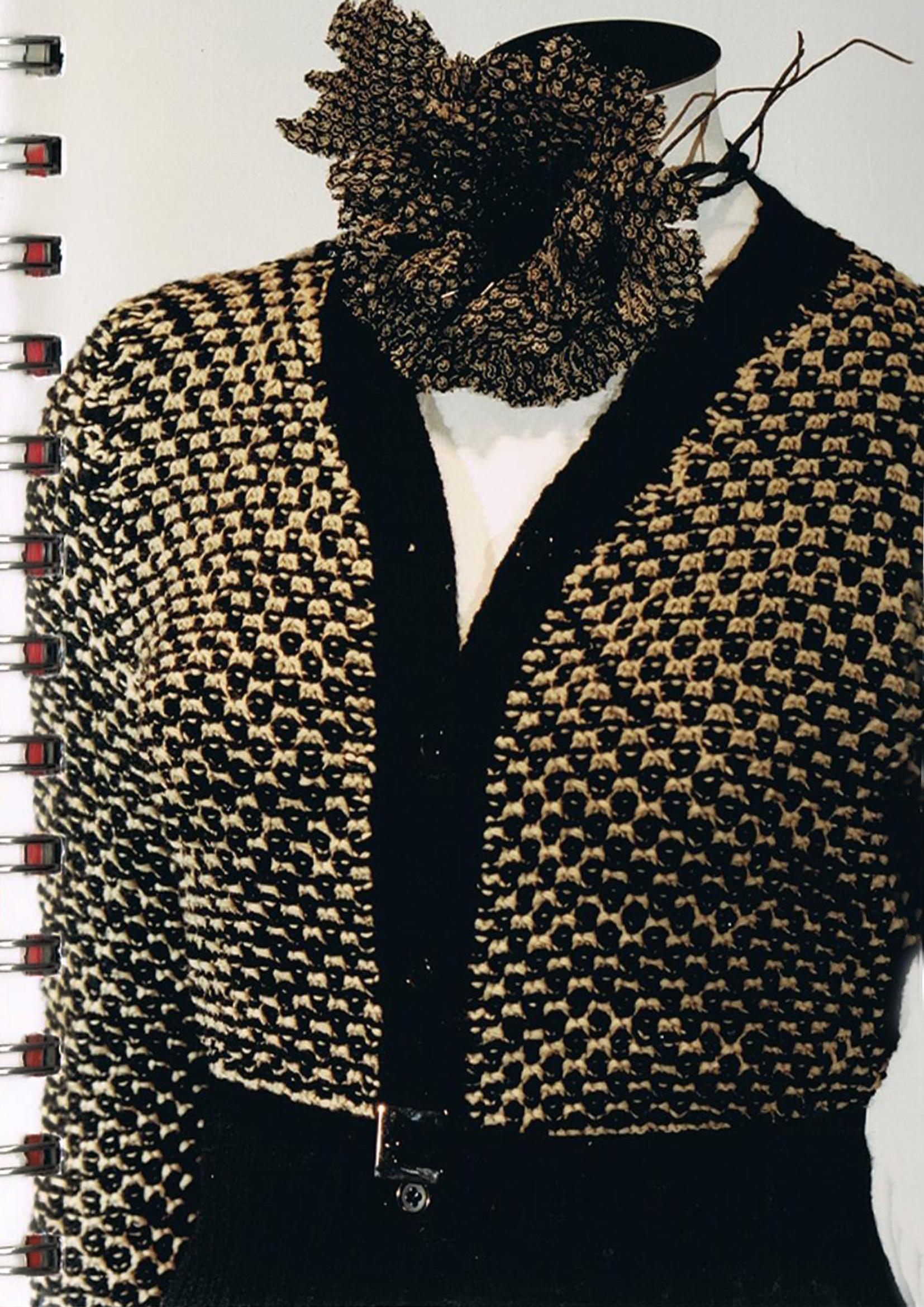 Dettaglio di mini cardigan, lavorazione a jacquard con punti trattenuti su finezza 5.