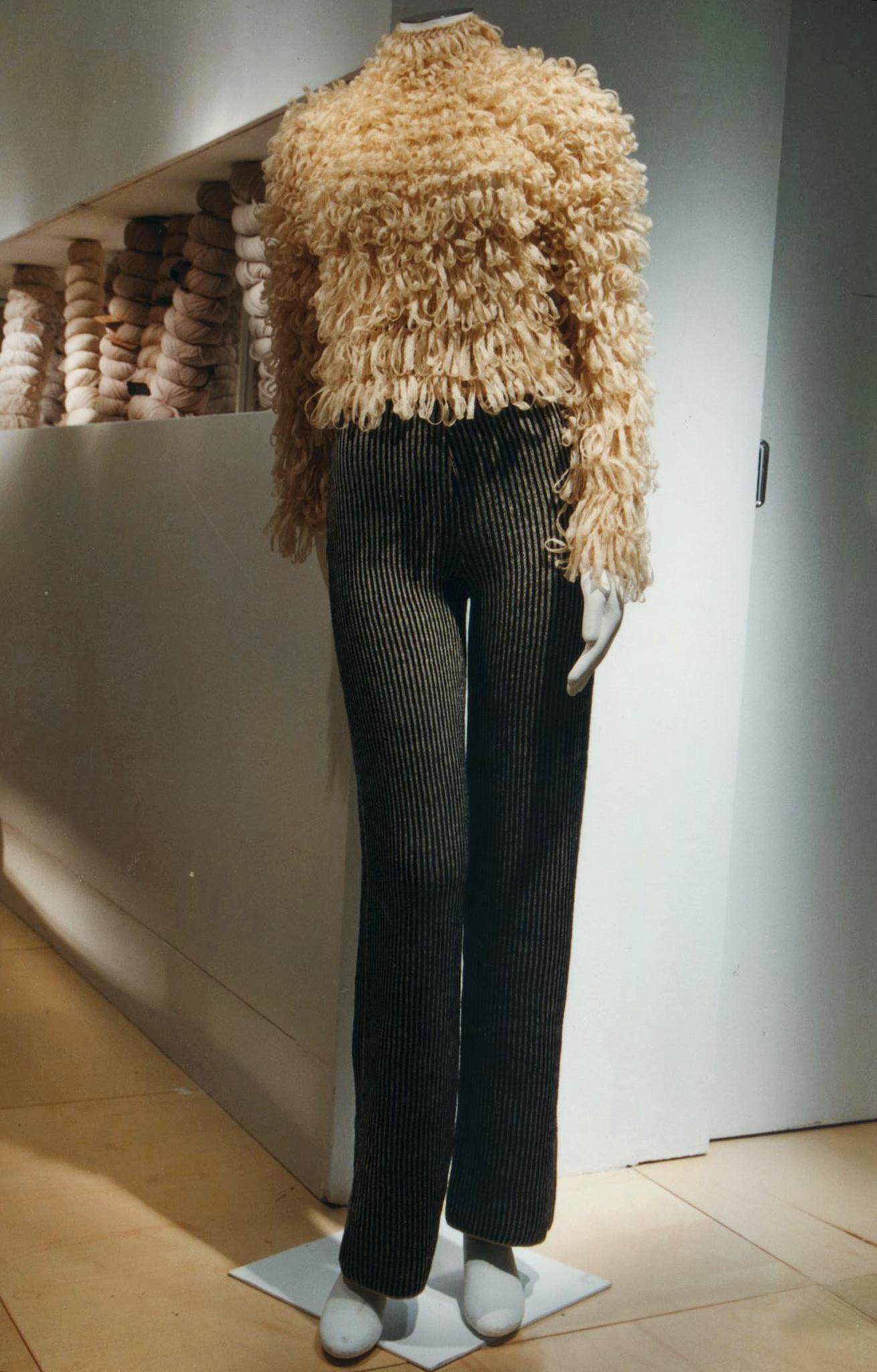Pull a punto pelliccia lavorato all'uncinetto con fettuccia di garza di lana merino.