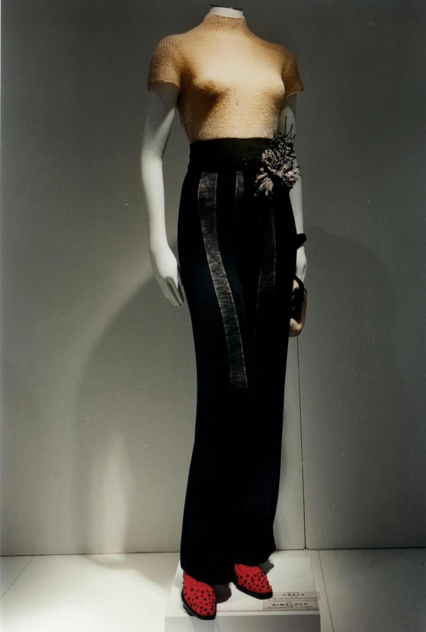 Pantalone a intarsio tono su tono con tipi di filo diversi, lavorato a macchina finezza 8.