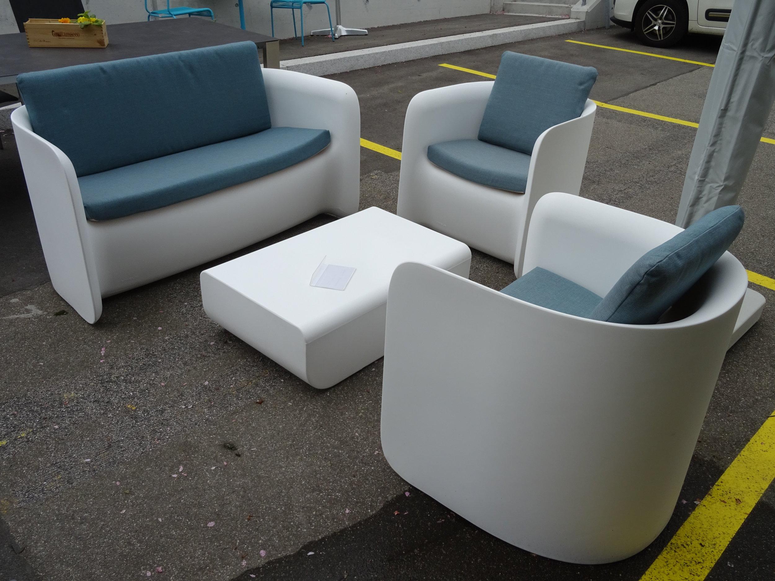 Nova Lounge Set - Sie sind sowohl für den Außen- als auch für den Innenbereich geeignet. Sie können beleuchtet werden und sind in der bequemen, gepolsterten Version erhältlich. Die Nova-Familie macht Einfachheit zu ihrer Stärke. Eine raffinierte Schlichtheit zeichnet das Nova Sofa und den Nova Sessel aus. Ihr klares und neutrales Design, das sich durch essentielle und elegante Linien auszeichnet, macht sie zu Objekten, die in jeden stilistischen Kontext eingefügt werden können