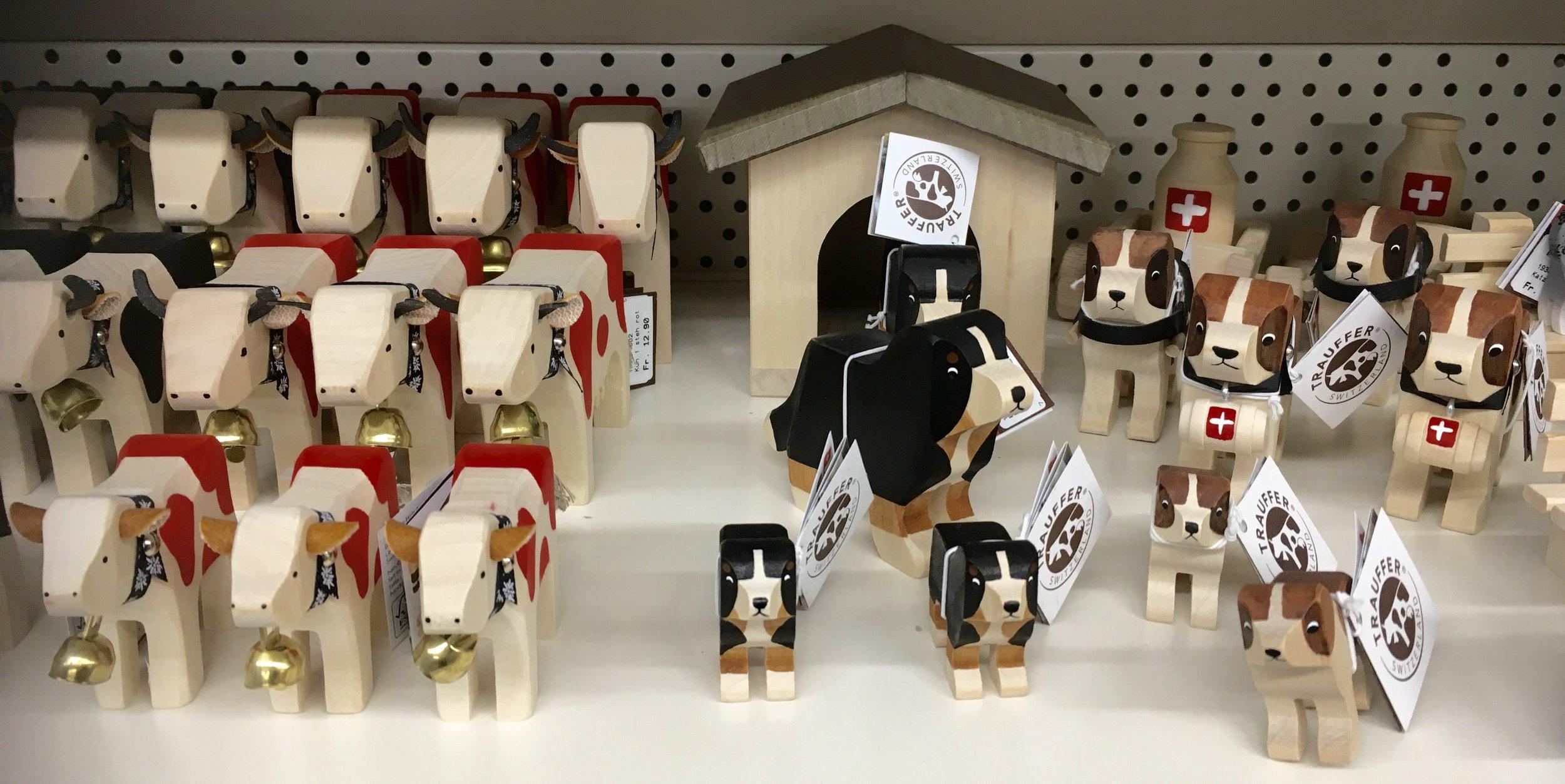 Trauffer Holzkühe und viele weitere Bauernhoftiere warten darauf von Kinderhänden gefüttert zu werden!