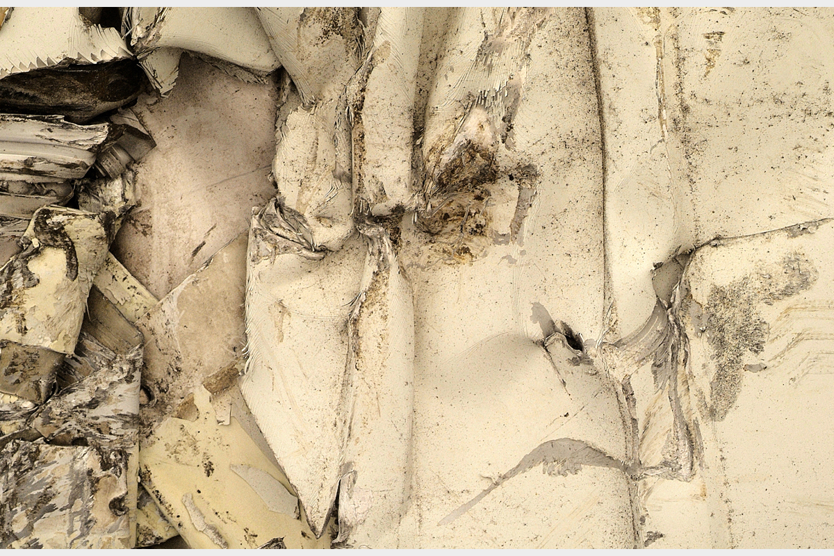 Whilst parking the car infront of the house, 3 ghosts appeared before me - 80 cm x 120 cm