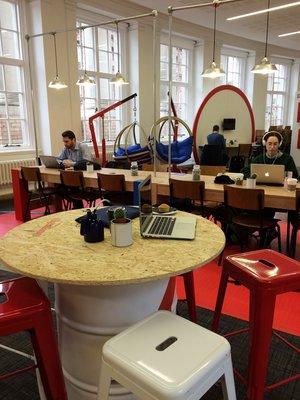 Свободное пространство для нетворкинга в центральной библиотеке Манчестера, организованное Google Digital Garage