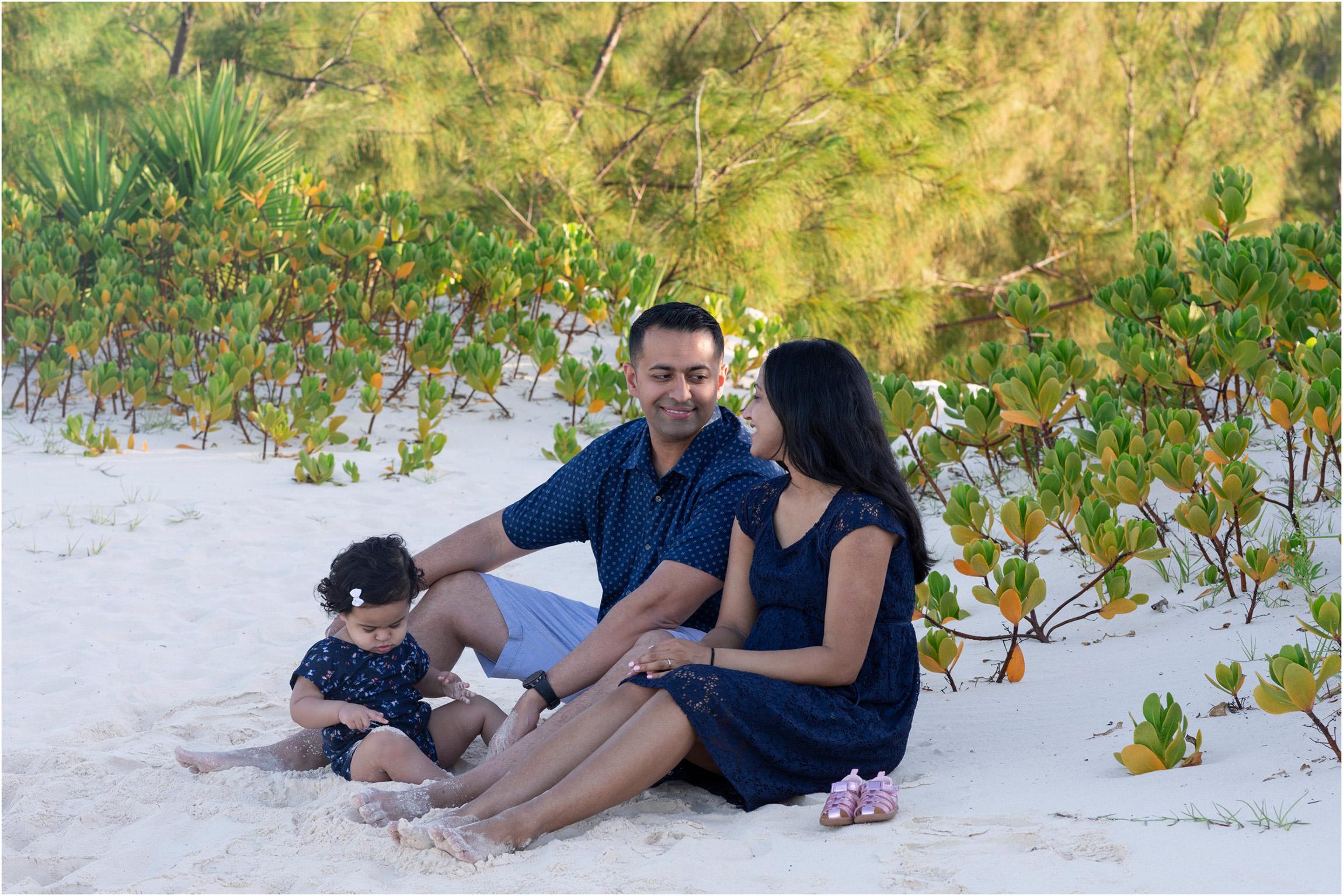 ©Fiander Foto_Bermuda Babymoon Photographer_Horseshoe Bay Beach_Bentsy_Jobin_011.jpg
