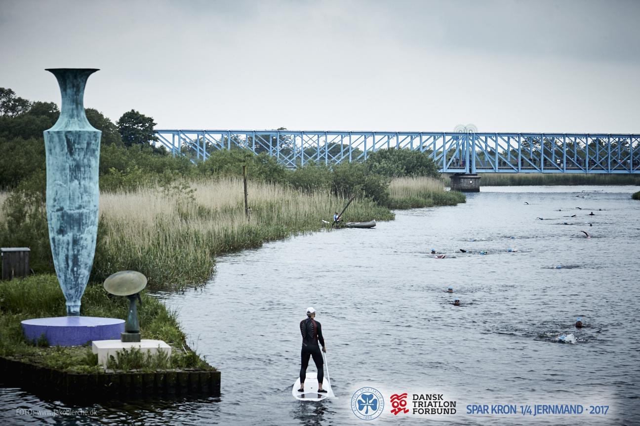 """RUTER   Læs om mere om ruterne, herunder den smukke Gudenå, hvor du svømmer under den """"Blå Bro"""". På trods af lidt bakker, så er der på cykelruten masser flad vej og læs også om den nye løberute med masser af JERN!   Læs mere her"""