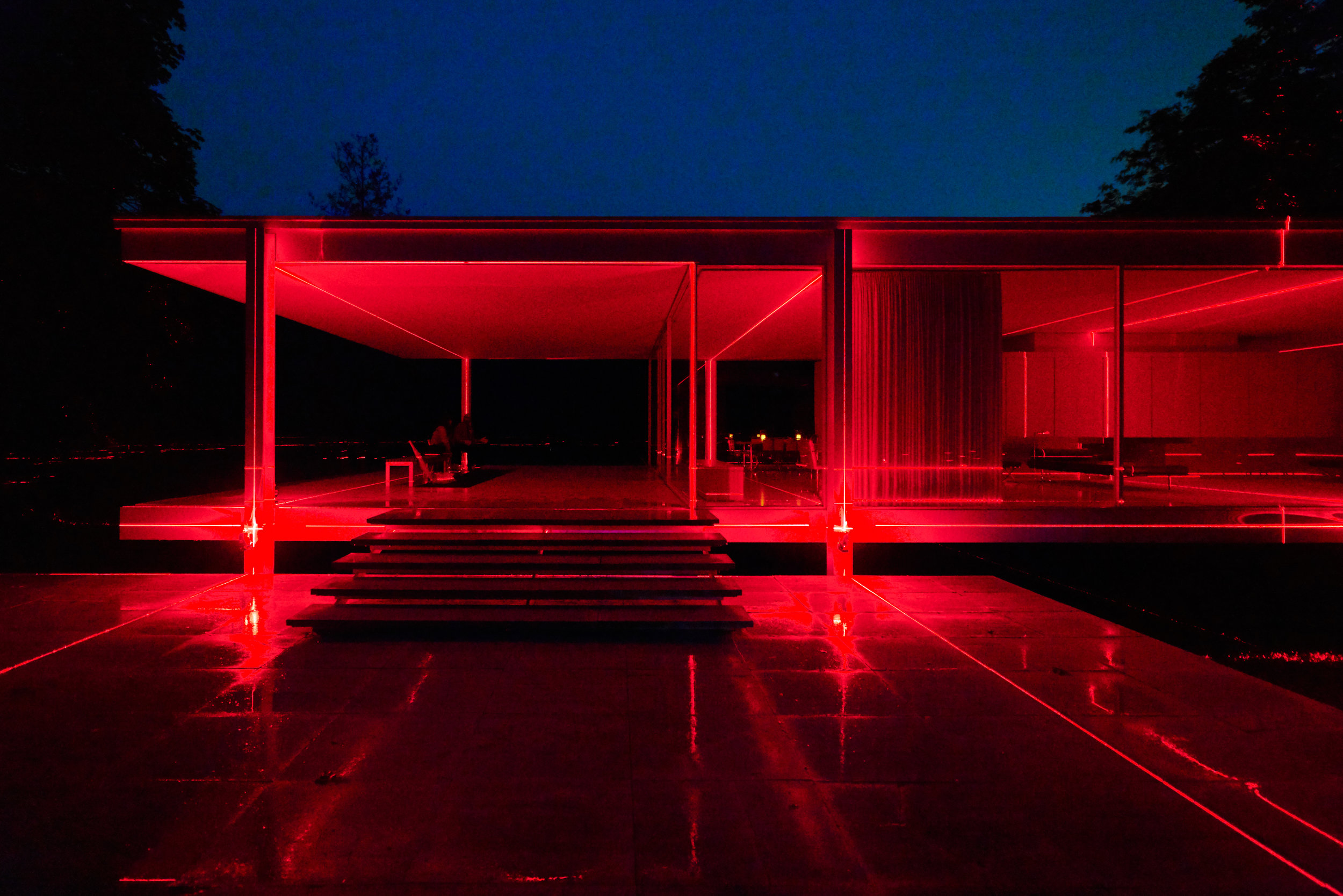 Architecture photography of  Luftwerk  and  Iker Gil' s art installation at Mies van der Rohe's  Farnsworth House