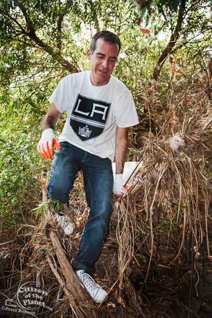 LA Mayor Eric Garcetti and Anaheim Mayor settle hockey bet