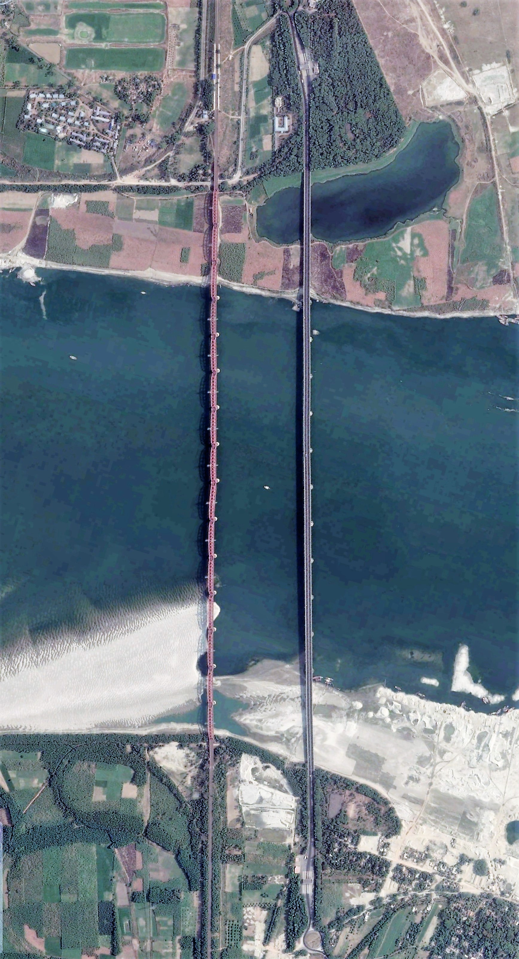 Hardinge bridge (left) and Lalon Shah bridge (right) in May 2015. Image width: 400 meters