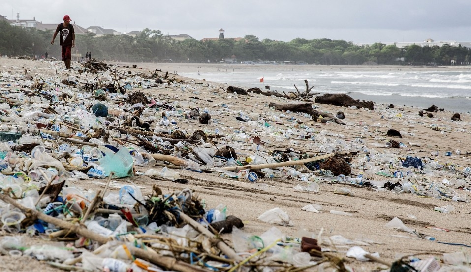 Single-use and other plastics littering beaches in Indonesia. Image via  Getty Images
