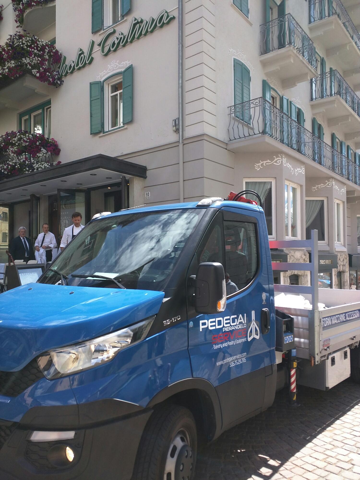Consegna nuovo forno pasticceria Corso Italia Cortina d'Ampezzo