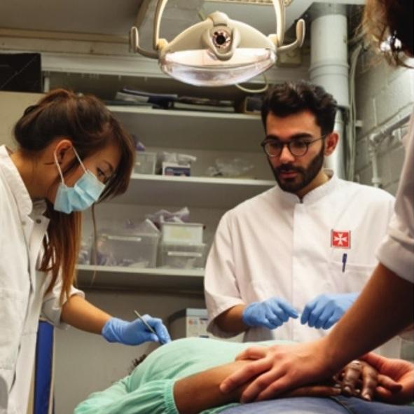 Tandheelkundestudenten helpen onverzekerde Amsterdammers. Beeld: Bob Bronshoff