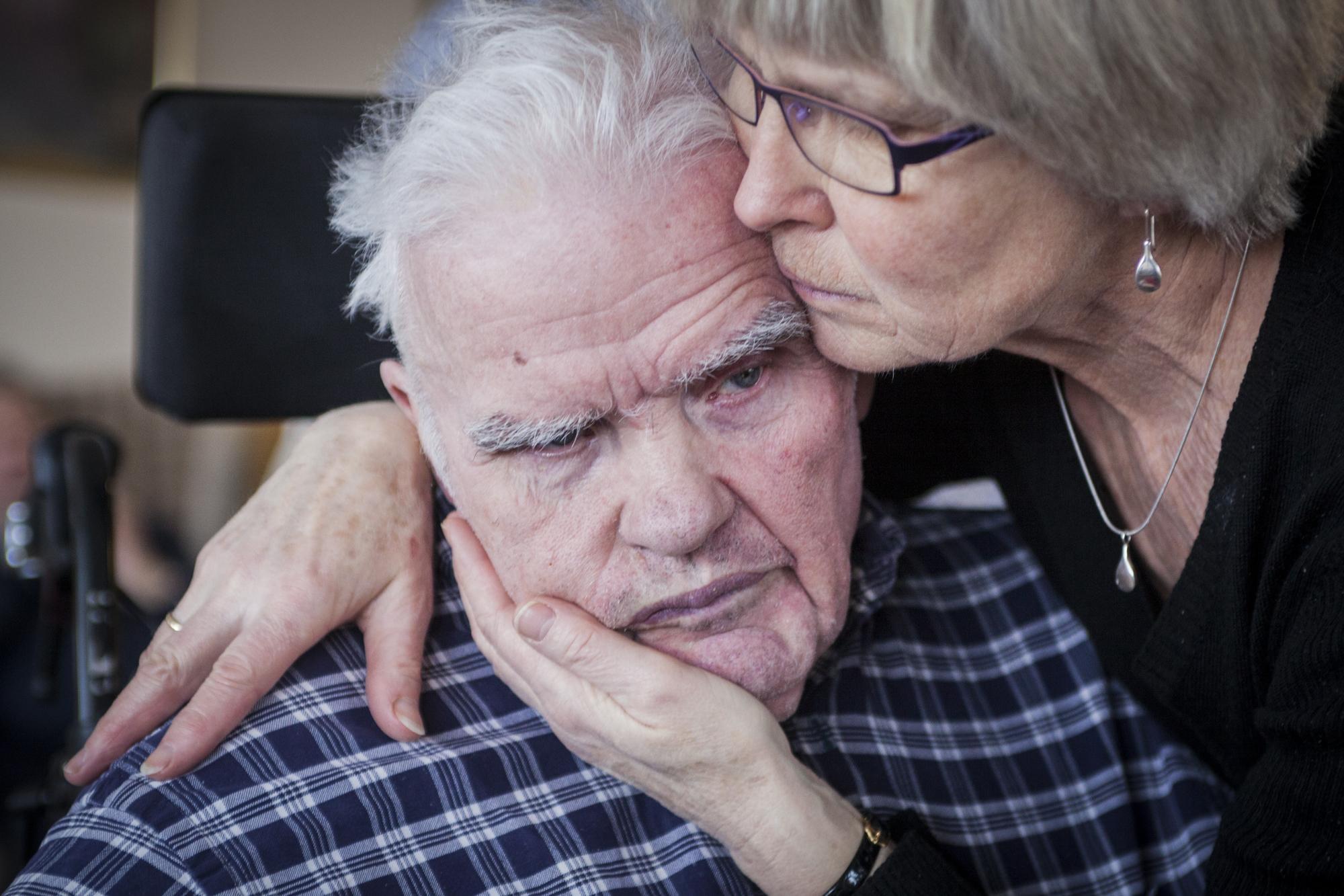 Alzheimers sykdom:   Det er normalt å glemme et gjøremål, en tidsfrist eller navnet til en kollega. Hyppig glemsomhet eller uforklarlig forvirring hjemme eller på arbeidsplassen kan være et tegn på at noe er galt.