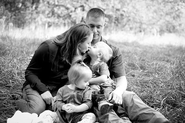 Kisses for mama 💕 • • • #clevelandphotographer #clevelandfamilyphotographer #cleveland #syphotocle #fallminisessions #bayvillage #bayvillageohio