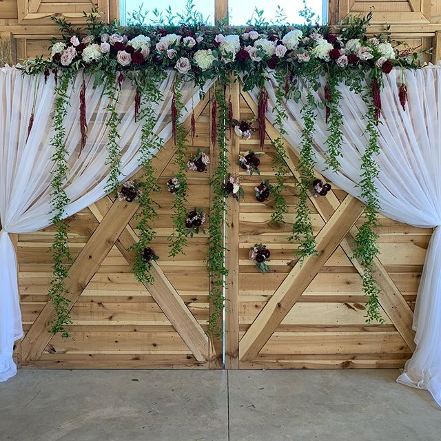King William Flowers really knocked these flowers out of the park yesterday. I really love working with them and even in 100 degree weather, they still manage to make everything look perfect! @kwfweddings @alturiafarmweddings #wedding #kwfweddings #kingwilliam #alturiafarmweddings #barndoor #floralwall #floralbackdrop #flowers #100degrees #wedding #chapel