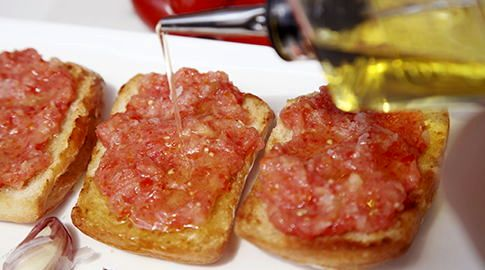 Bread with tomato, garlic and olive oil