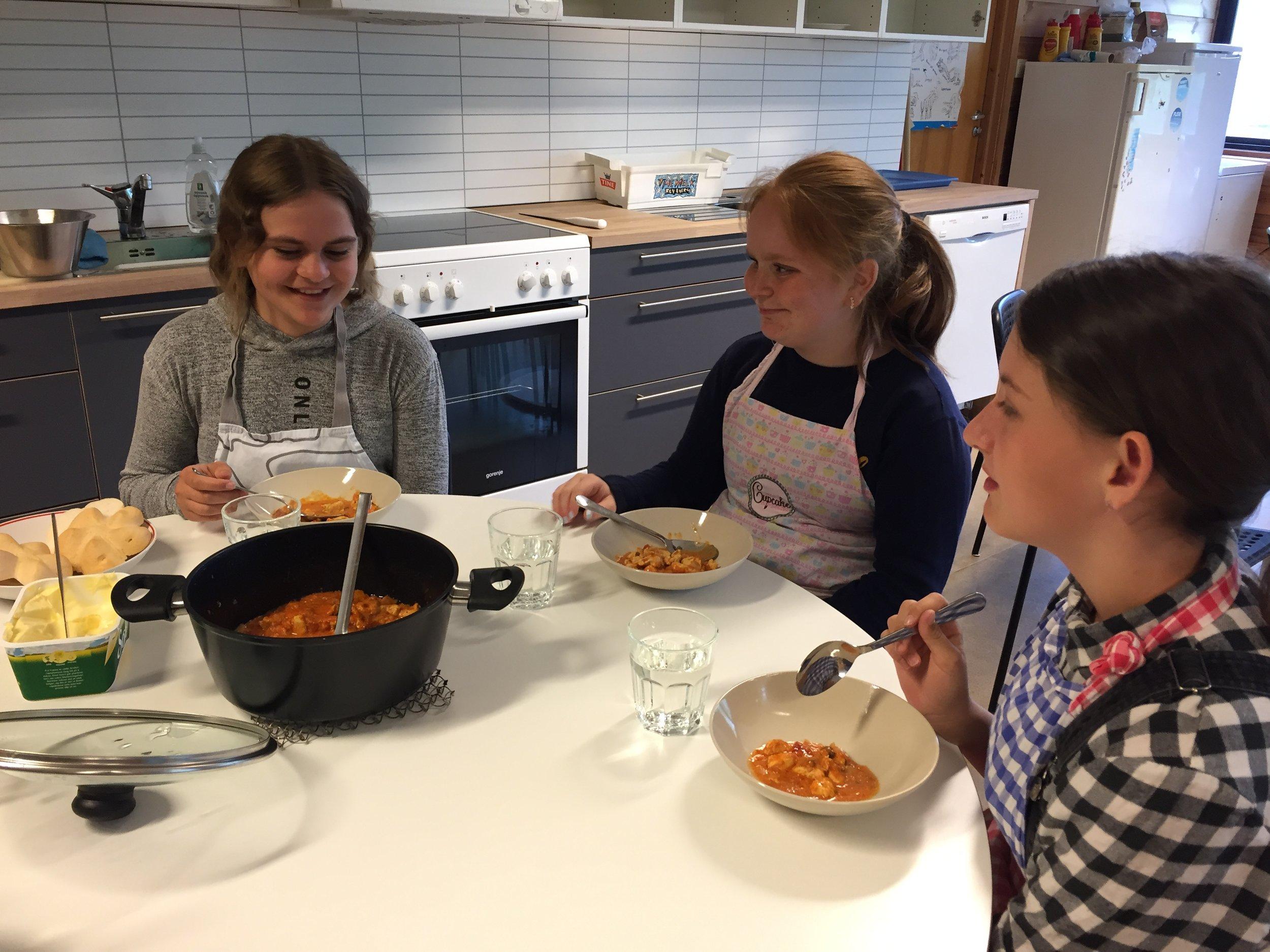 Mat&helse - På onsdag var det mat&helse. Det var flott å kunne ta i bruk det nye kjøkenet. Tusen takk til flinke foreldre og besteforeldre som har lagd ned mykje tid og arbeid.