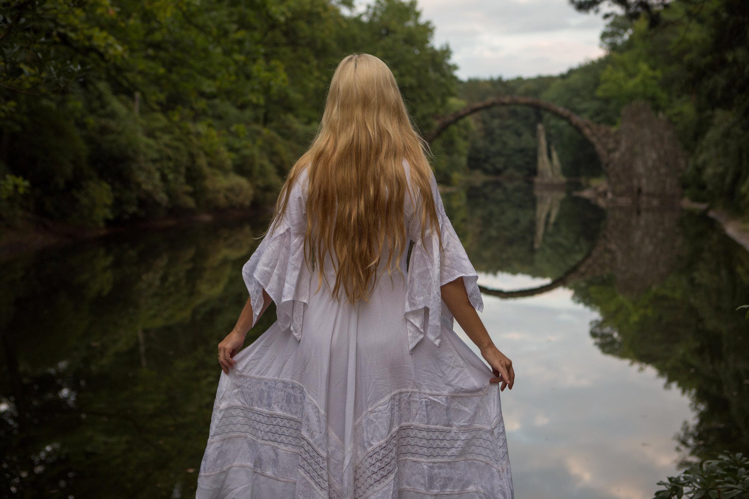 AstroBandit_DariusTwin_Proposal_Kromlau_Germany_Rakotzbrucke_Bridge_Reflection_Ring_WhiteDress_4.jpg