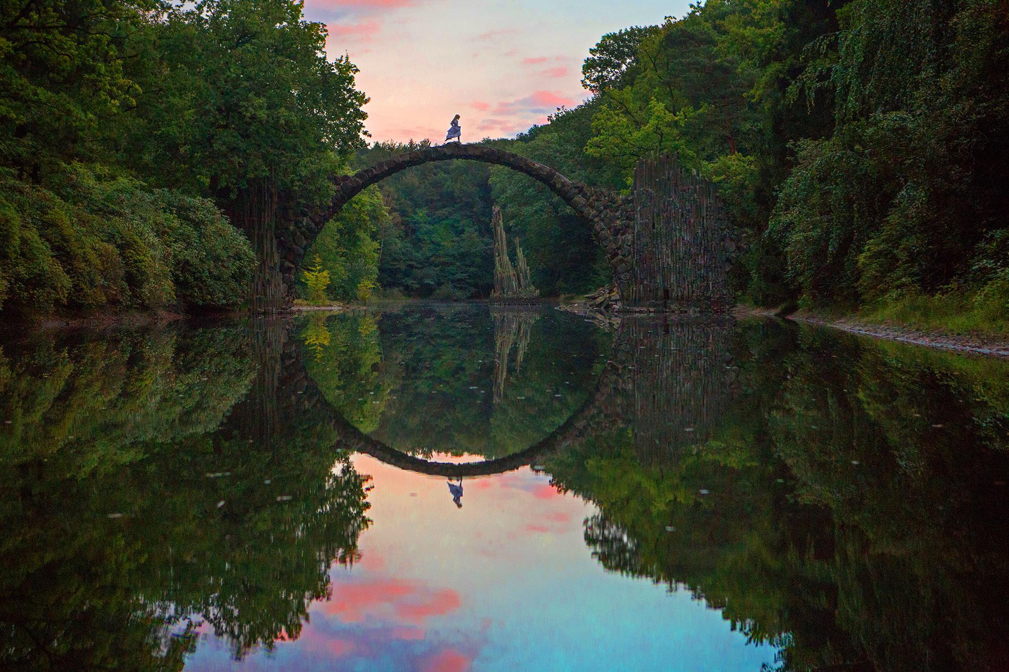 AstroBandit_DariusTwin_Proposal_Kromlau_Germany_Rakotzbrucke_Bridge_Reflection_Ring_WhiteDress_11.jpg