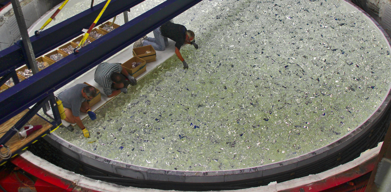 20 tons of Ohara E6 borosilicate glass being loaded onto the mold of one of the GMT's mirrors. – Image Credit: Ray Bertram, Steward Observatory
