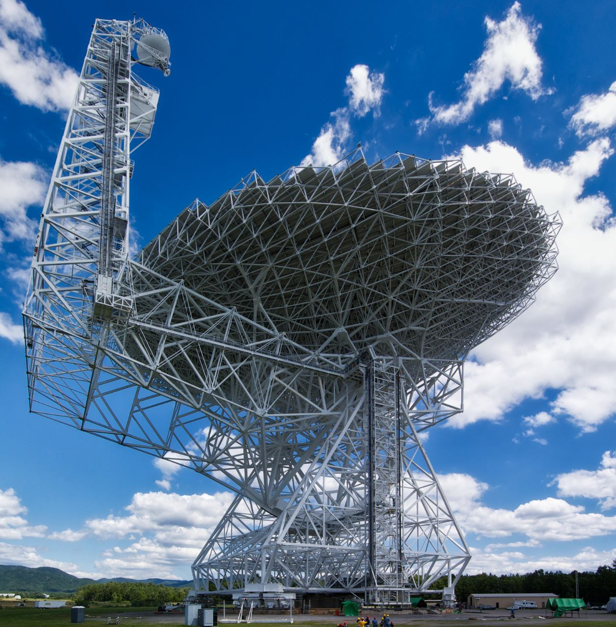 A 100 diameter land based radio telescope located in Green Bank - Image Credits:  Geremia via Wikimedia Commons  -  HDR tune by Universal-Sci  (click to enlarge)