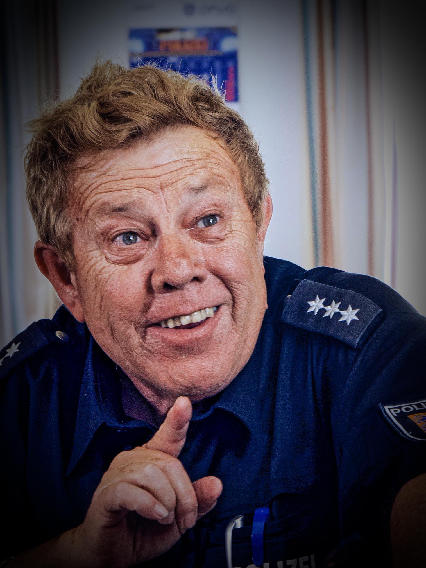 Zachi Noy - Der Dienststellenleiter aus Glückstadt nimmt Bullen aus Kollmar nicht so ernst.