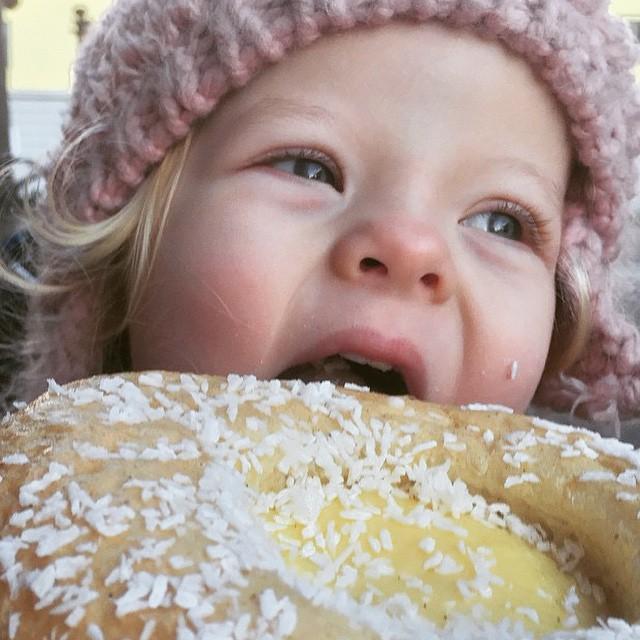 @waitingforella Har besøkt Torshov og Ella har spist min favoritt: #Skolebolle #Åpentbakeri http://bit.ly/1waJTMz