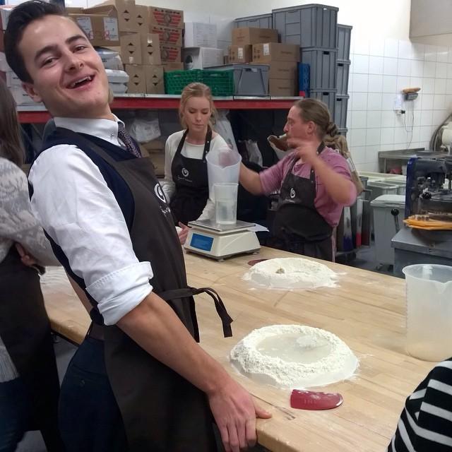 Alle våre ansatte får opplæring om brød, baketeknikk, kornslag med mer. Noe av det viktigste er at de sitter igjen med mye kunnskap om produktene vi selger. #Åpentbakeri