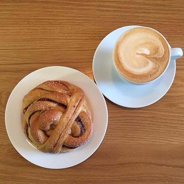 Hva med en #kanelbolle og #cappuccino til lunsj? #Åpentbakeri Photo: @astrob78