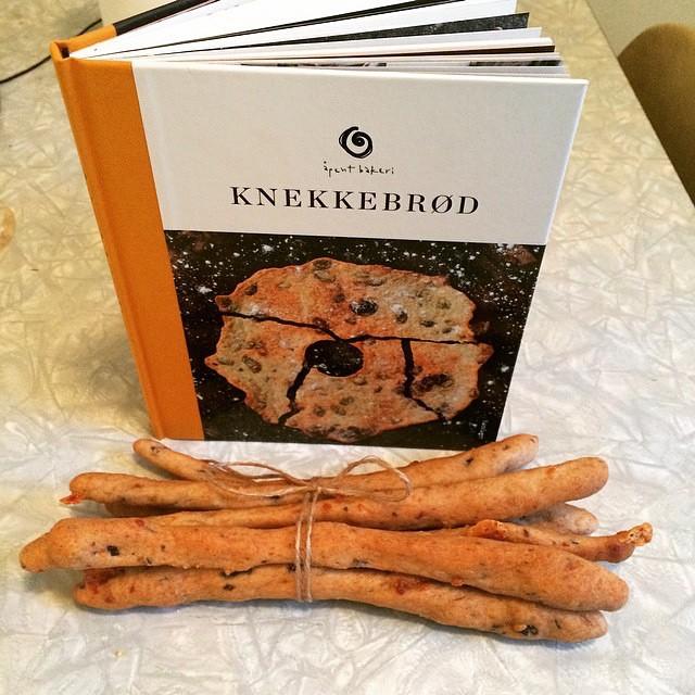 Gjør som @evarekk og bak grissini, fra vår nye knekkebrødbok. Kan kjøpes i alle våre utsalg eller gjennom @detnorskesamlaget #åpentbakeri