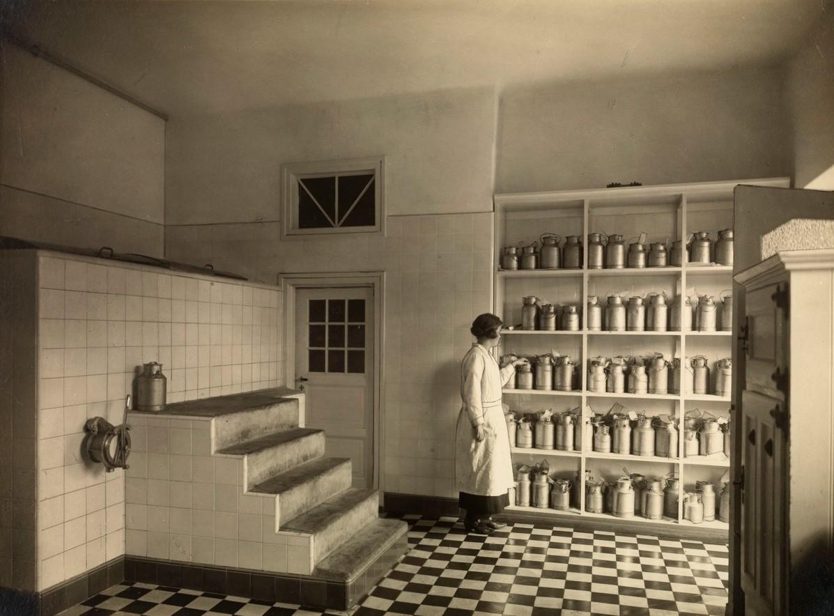 Melkelageret hos Ullevaal Samvirkelag på Damplassen i slutten av 1920-årene. Fotograf: Ingimundur Eyjolfson. Eier av bildet: Arbeiderbevegelsens arkiv og bibliotek.