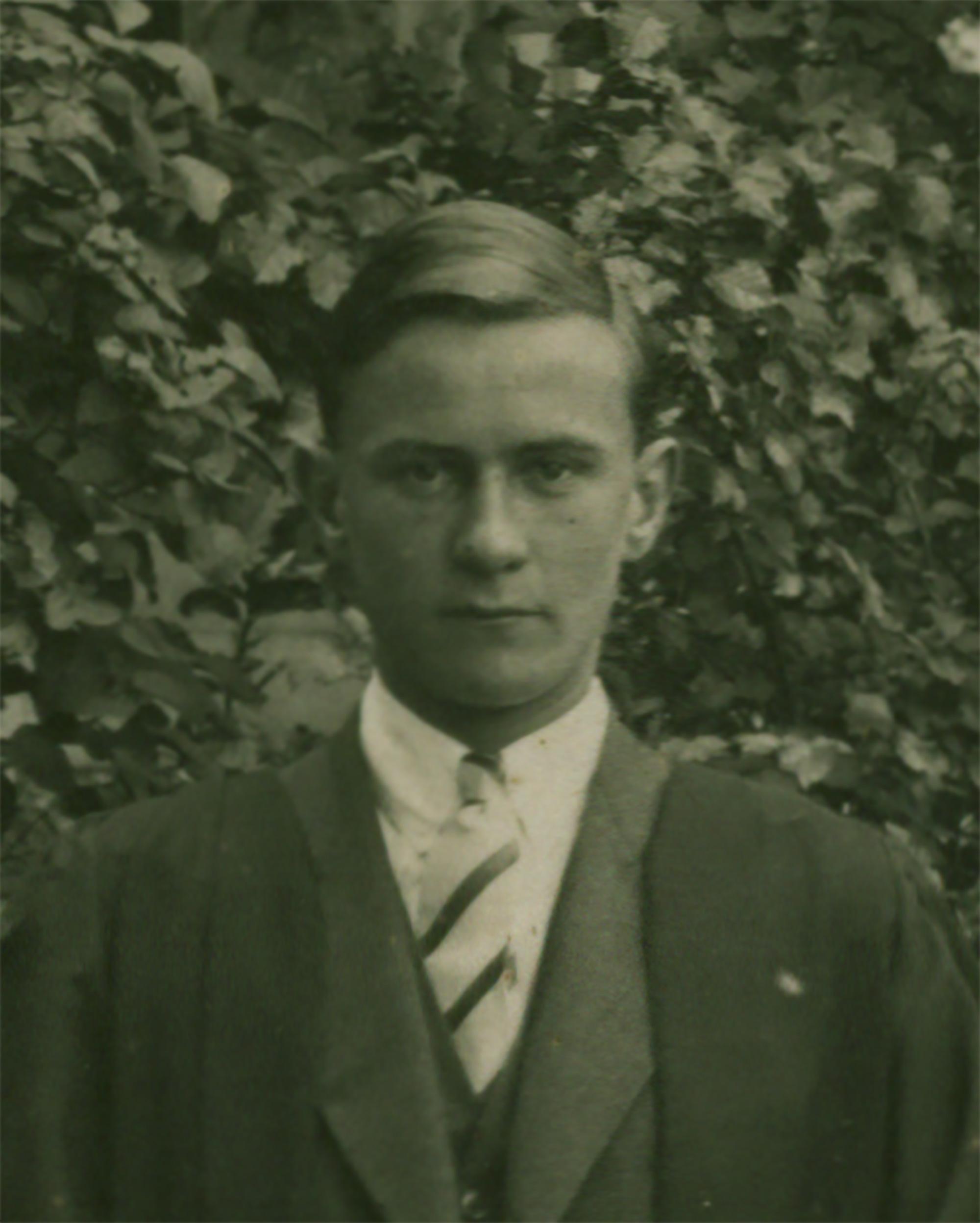 Portrait-Image-170---1945_12_08_fellowes_john_robert_lyon_prefects_1930_cropped-(cropped).jpg