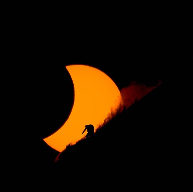 In 2015 we followed photographer @reubenkrabbe to Svalbard for 1 of 3 total solar eclipses in our lifetime that would occur over snow to try get a photo. Right now the second eclipse is happening over Chile and this time the camera of @fotomaxizoomdweebie is pointed at the one and only @travisrice. They are about to have their minds blown and the stress levels go up to 11. To relive the chaos, there is a link to the #salomonTV film that we made in my bio.  @salomon @codytownsend @chrisrubens @brodyleven @bjarnesalen @theempire.is @pierre_de_pallon @salomonfreeski  #eclipse #svalbard