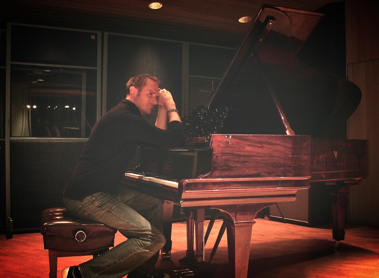 Julian Hinton (at Piano).JPG