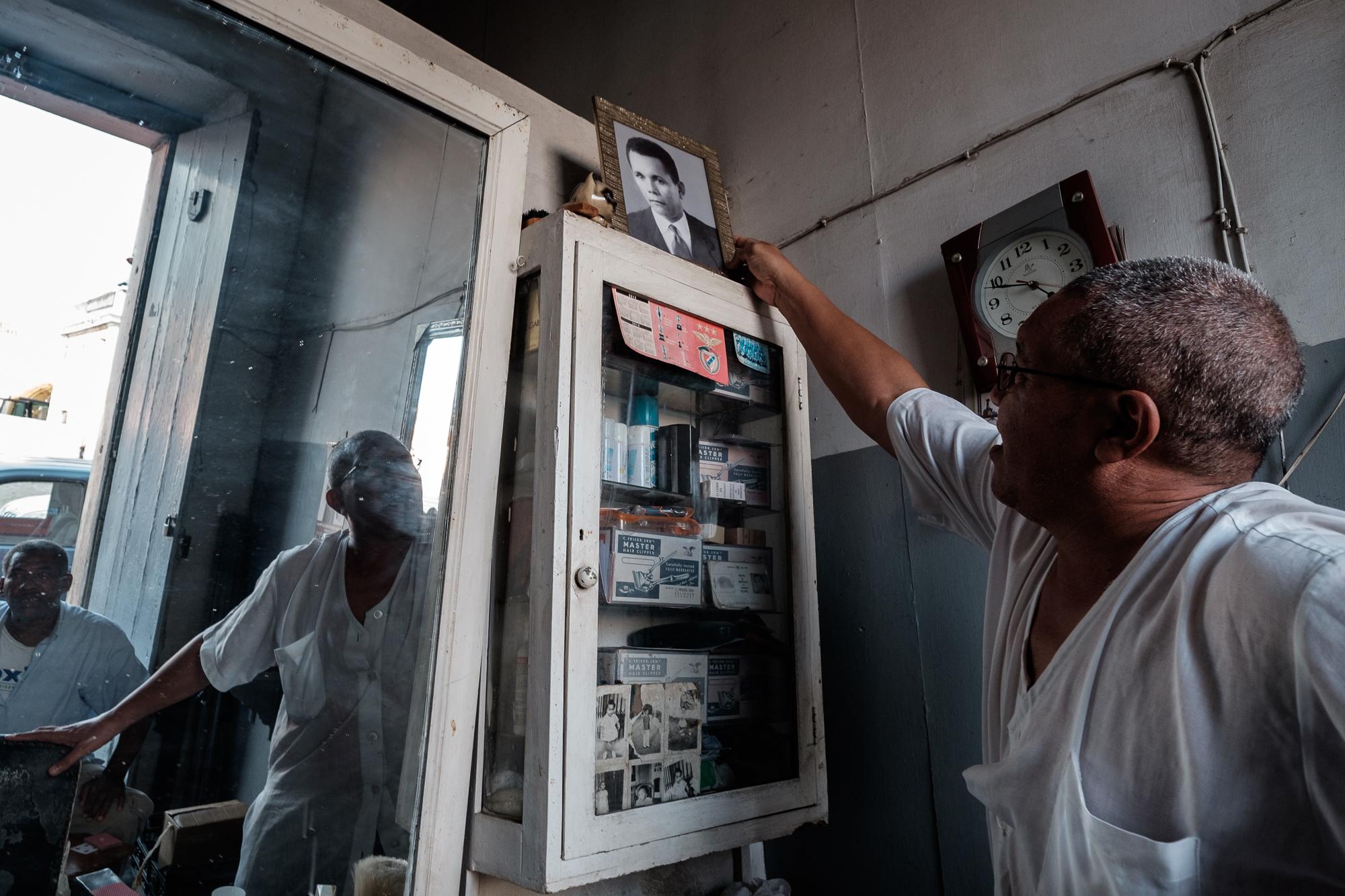 Beto de Pandole segura a fotografia do pai.