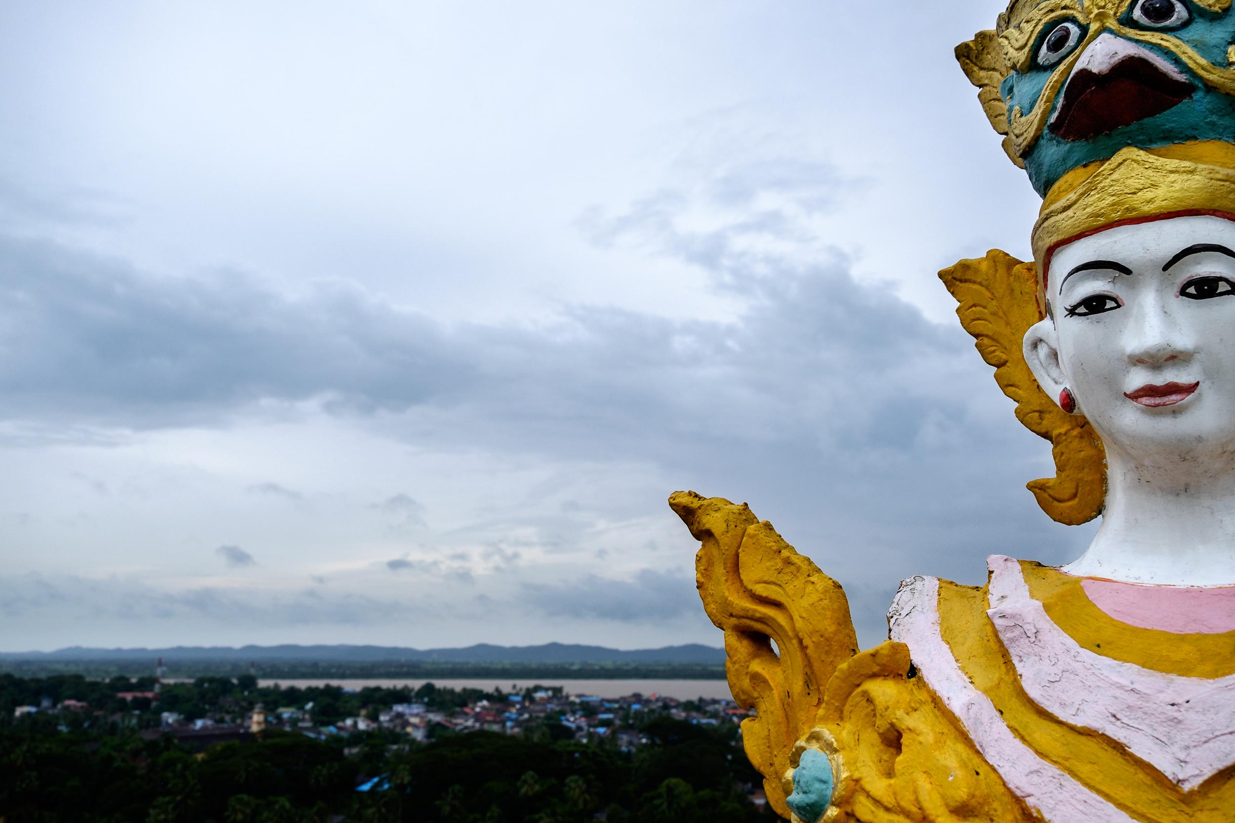 Num templo Budista sobre a cidade