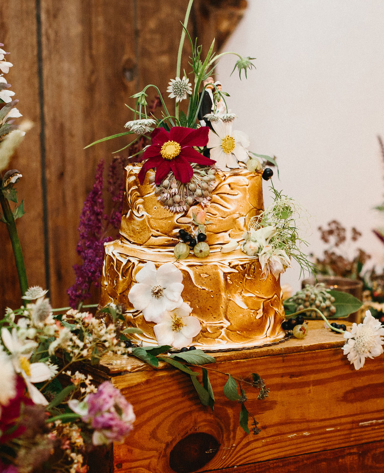 Photo by  Be Light Photography  Cake by  Sweethearts  Floral by  Fiore Floral De  sign