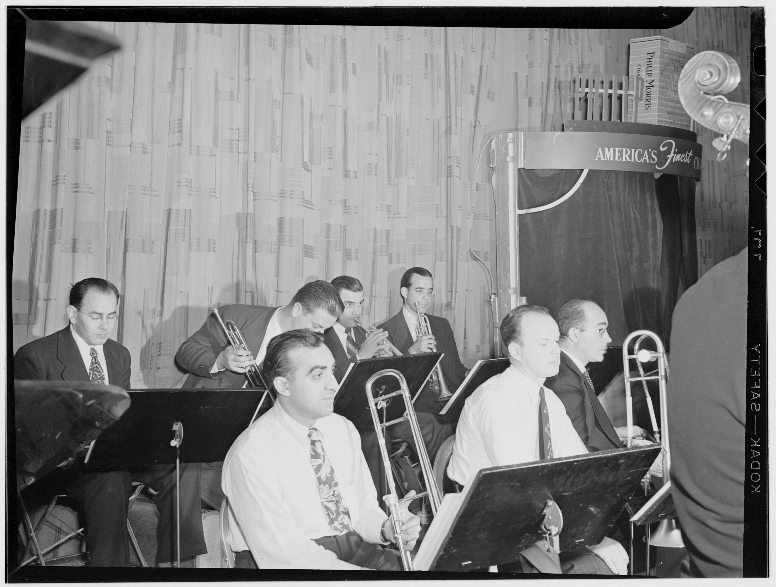 Glenn Miller Orchestra, New York, N.Y., between 1938 and 1948.    William P. Gottlieb/Ira and Leonore S. Gershwin Fund Collection, Music Division, Library of Congress.