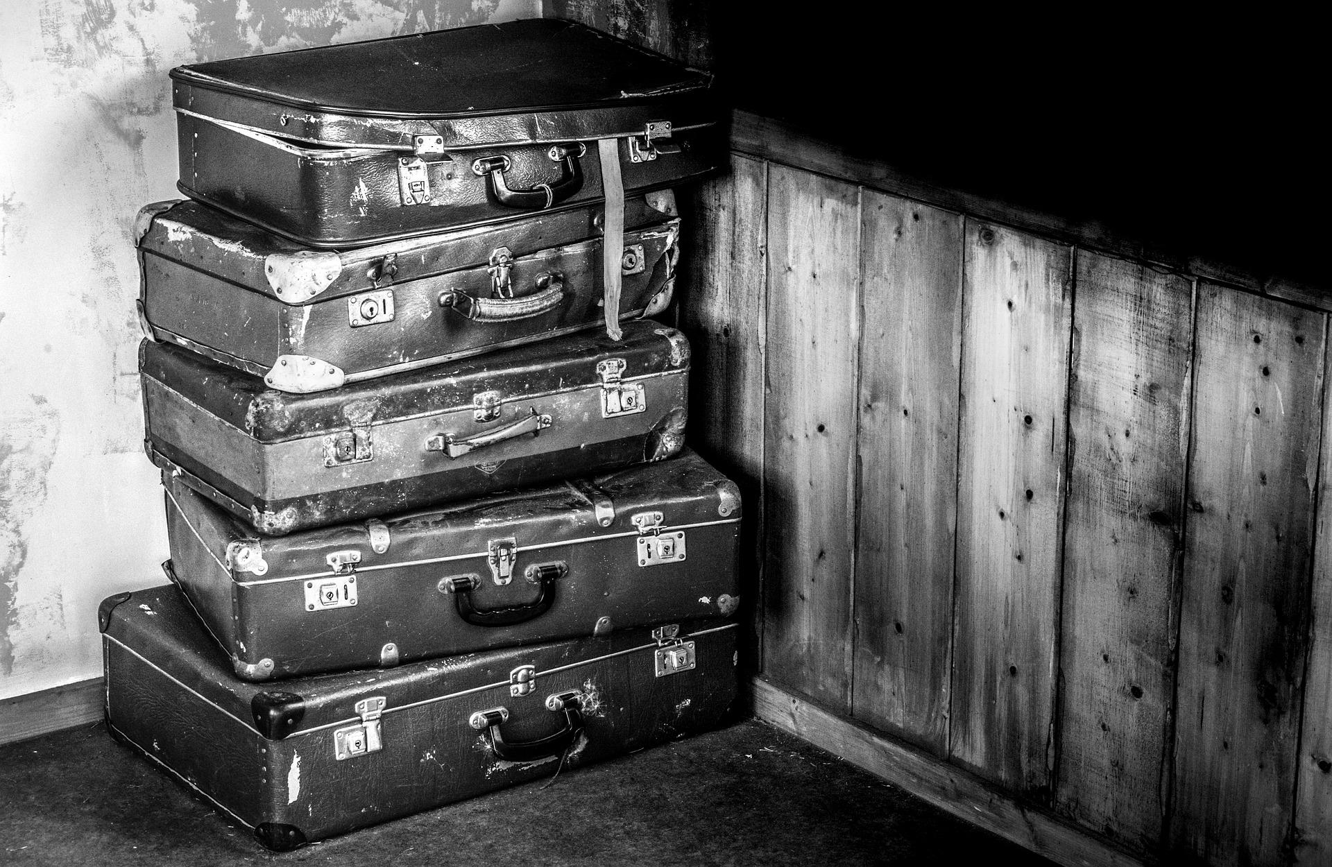 suitcases-2525193_1920.jpg
