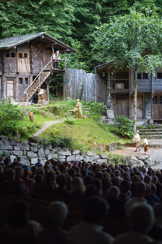 Famillie Tell vor dem verreisen des Vaters bei den Tellspiele in Interlaken waehrend der Premiere am 28. Juni 2015.
