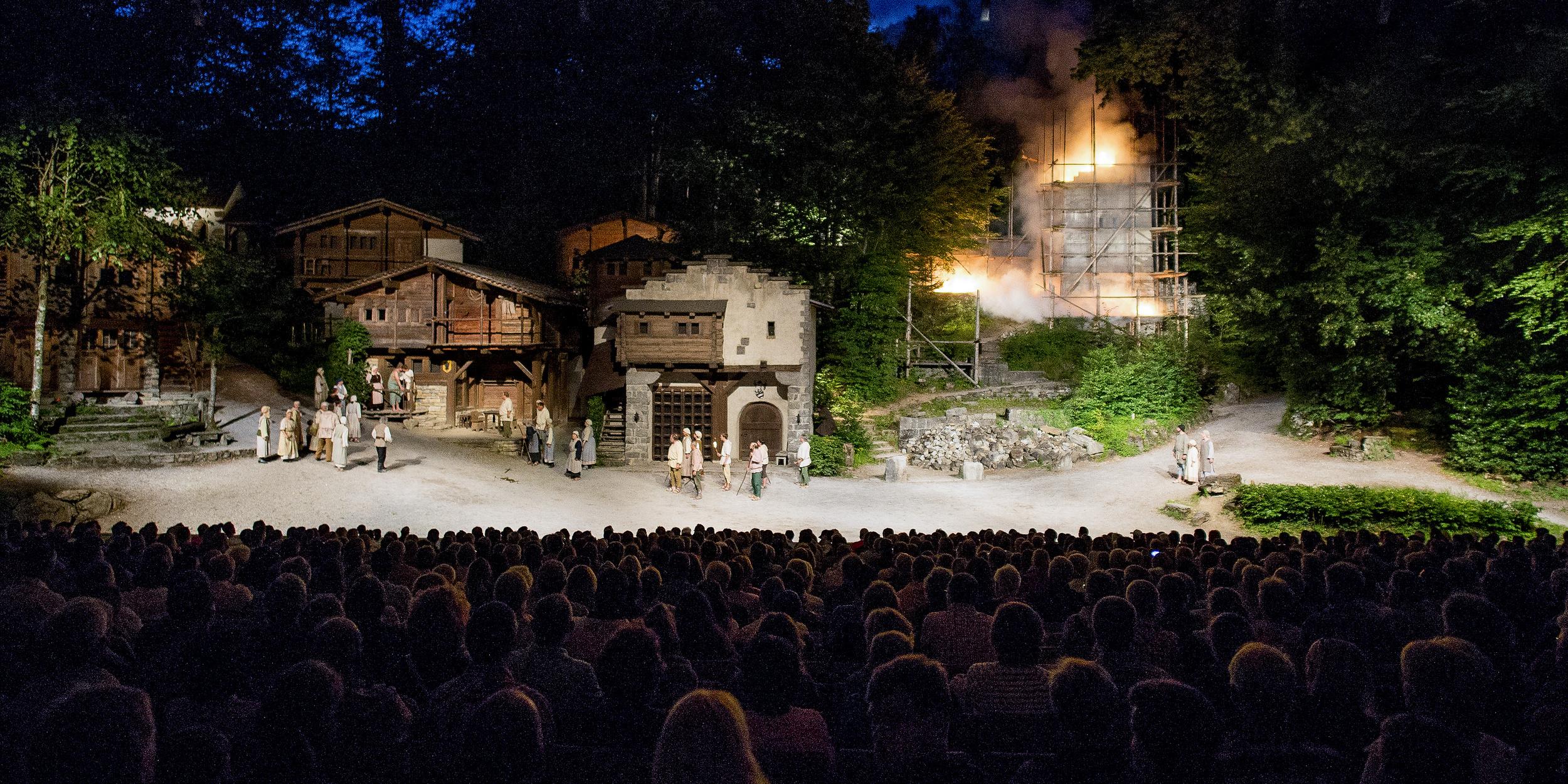 Zurückerobertes Dorf bei den Tellspiele in Interlaken waehrend der Premiere am 28. Juni 2015.